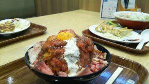 ローストビーフ丼(メガ盛り)とラーメン&餃子
