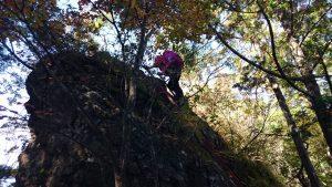 ハシゴを登る山ガール