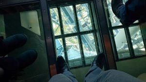 ガラス張りの床