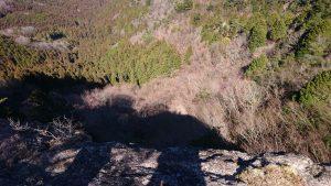 崖下に映る自分の影