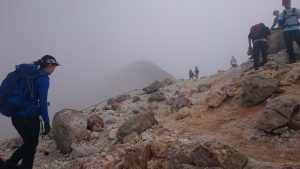山頂手前の霧の中