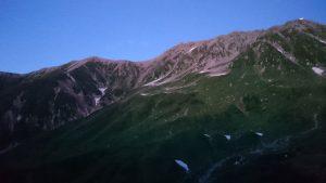 夕闇に浮かび上がる山